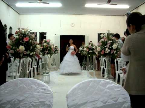 Maynara (Noiva) entra cantando na igreja