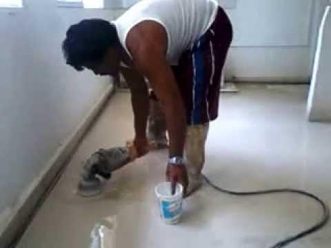 Desvastando y puliendo piso de granito youtube for Como desmanchar el marmol blanco