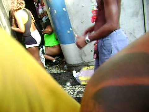 Bloco Cordão do bola preta 2012, Carnaval   Fraga Mulher urinando na rua