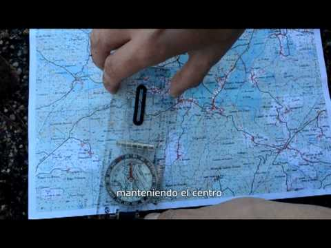 Navegación terrestre con mapa y brújula