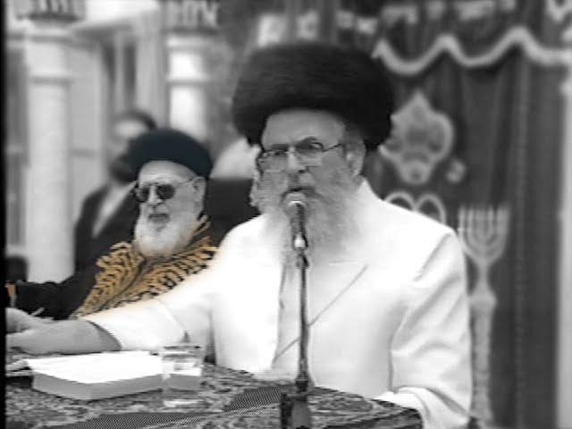 """סרט נדיר: מוהרא""""ש מברסלב בדרשה ראשונה אצל הרב עובדיה יוסף"""