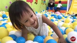 Trò Chơi Bé Vui Chơi Nhà Bóng. Little Hà Phương Play Ball Home With Dad