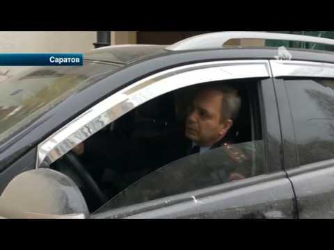 Полковник Росгвардии повздорил с активистами, пытаясь проехать по тротуару