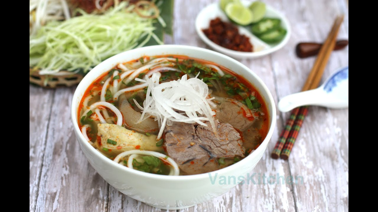 How to make Bun Bo Hue (Vietnamese spicy beef noodle soup) - YouTube