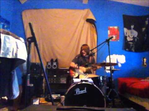 何て器用な!! ギターとドラムを同時演奏でさらに歌を披露する男性