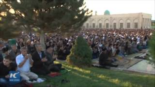 RAW: Uzbek Muslims offer Eid al-Adha prayers at Tashkent mosque