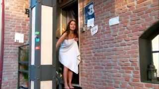 තුවාය දොරේ හිරවෙලා තරුණියකට වුනු ඇබැද්දිය...!! ENF  Towel Stuck on Door, Nearly Naked Outside