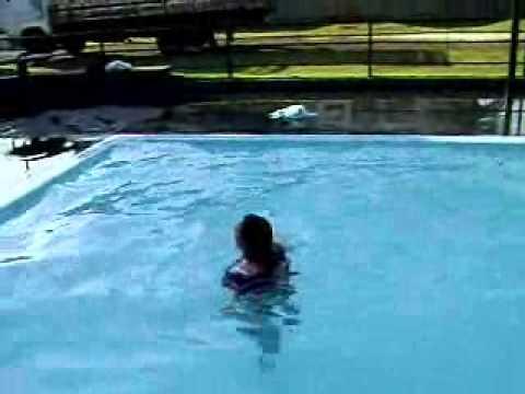 Melina na piscina