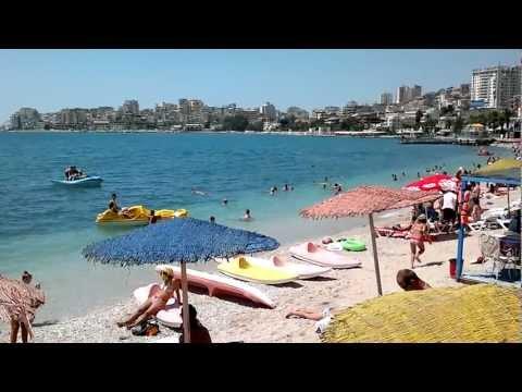 Saranda è una delle attrazioni turistiche più importanti della riviera albanese . Si trova su un golfo del mare aperto del Mar Ionio nel Mediterraneo , a 2 m...