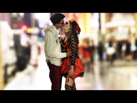 Chicas calientes y borrachas (KISSING PRANK) Besos Faciles thumbnail