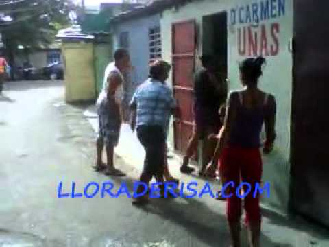 Mujeres se dan ata' con la mano del pilon en el medio de la calle