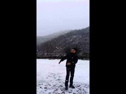 ครูมัตยูเซฟเล่นน้ำแข็งใส
