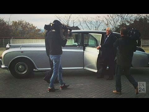 Clive Palmer arrives at Parliament in Rolls Royce