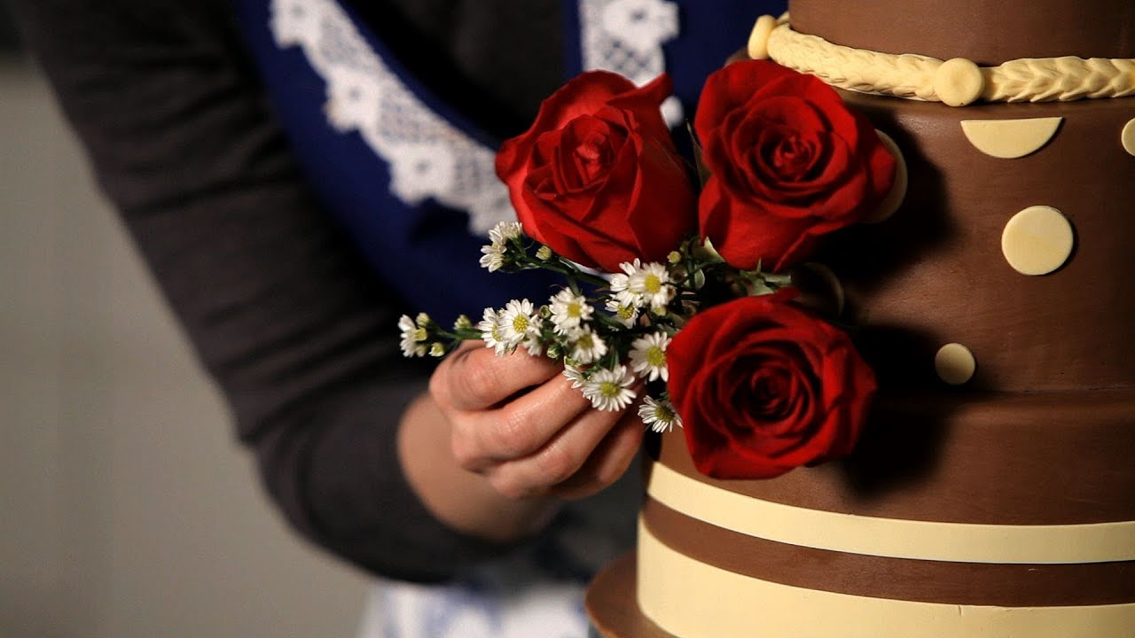 How to Decorate with Fresh Flowers Wedding Cakes - YouTube