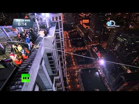 Американский канатоходец без страховки прошел между небоскребами на высоте почти 200 метров