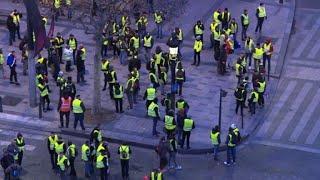 """Les premiers """"gilets jaunes"""" se massent sur les Champs-Élysées"""