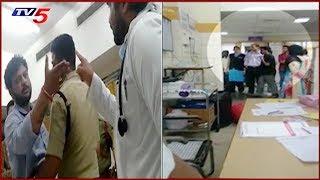 నిమ్స్ ఆస్పత్రిలో డాక్టర్లపై ఓ రాజకీయ నేత అనుచరుల దాడి! | NIMS Hospital Punjagutta