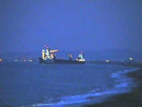 Barco con contenedores encallado en el saler cerca de la - Contenedores de barco ...
