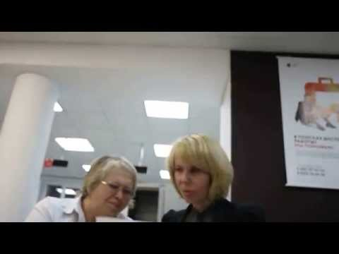 Руководитель и эксперт МФЦ в Кирове изучают доверенность Антона Долгих