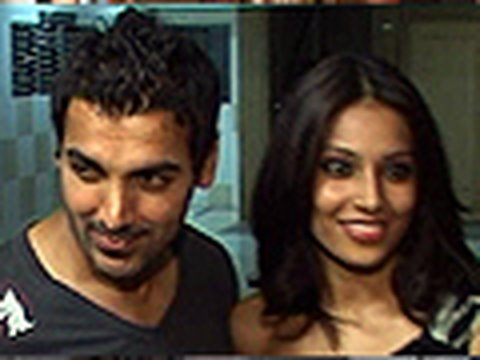 Priyanka and shahid kapoor's Jab we met in b'day party Video