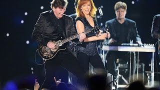 Download Lagu Reba McEntire Performs at the 2015 ACM's Gratis STAFABAND