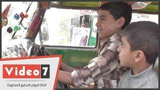 «الطفل محمد» أصغر قائد سيارة أجرة: «بسوق من 3سنين.. والركاب بتحترمنى وتدعيلى»