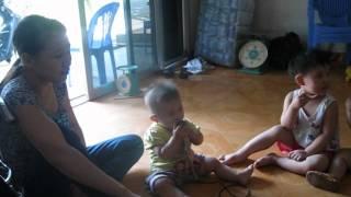 bé 1 tuổi hát karaoke cho cả nhà nghe