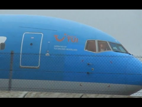 Friendly pilots waving @ Schiphol | Awesome sound of the engines!