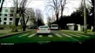 Poliția din Moldova vorbește la telefon și este fără centură
