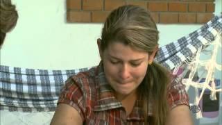 Mãe maltrata filha após chegada de bebê