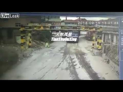 Liveleak.com - Man gets his head crushed between a height limit bar and his trailer