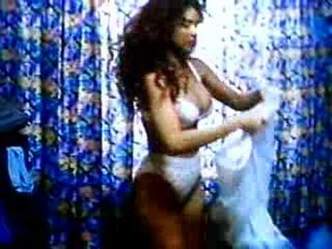 Gloria Trevi vistiendose