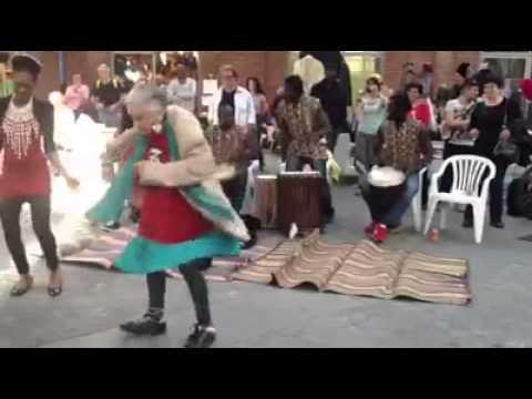 impresionante viejita deja en ridiculo a todos con su baile
