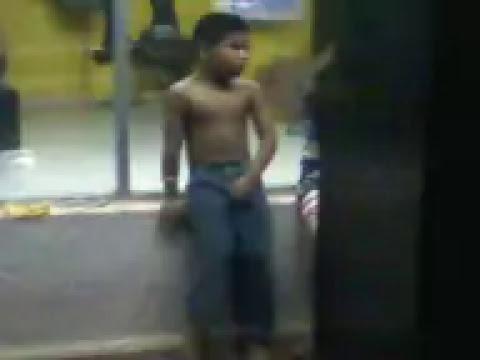 Niño meandose