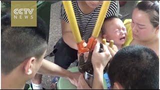 بالفيديو: رجال الاطفاء ينقذون طفل كاد يقطع إصبعه