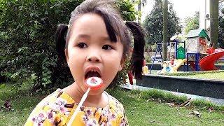 Bé Sữa đi chơi cầu trượt ăn kẹo mút