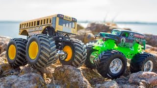 Hot Wheels Monster Jam. Grave Digger vs Higher Education.