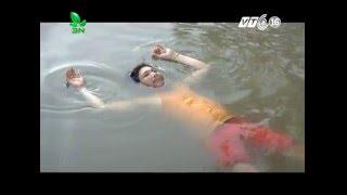 Chuyện lạ: Người đàn ông tự nổi hàng giờ trên mặt nước ở Cà Mau