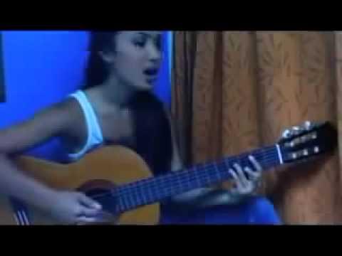 русская девушка очень красиво поет и играет на гитаре