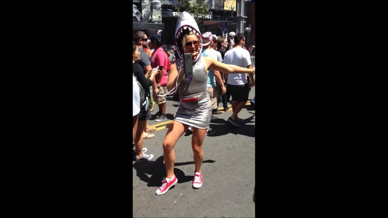 [Sharknado 3 Girls Dancing ! at Comic-Con 2015] Video