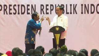 Kocak..! Tingkah Lucu Petani Membuat Presiden Jokowi Ketawa Terpingkal di Bandung, Bikin Ngakak