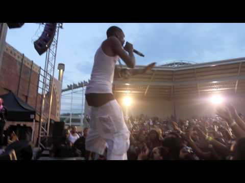 Soulja Boy performing PRETTY BOY SWAG live at DC Six Flags