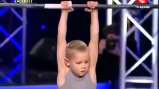 Cậu bé 7 tuổi khiến hàng triệu người kinh ngạc