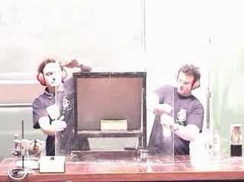 Liquid Nitrogen Bomb :: Physikshow Uni Bonn