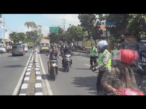 Pemotor Tak Berhelm Cuek, Nekat Terabas Razia Polisi thumbnail