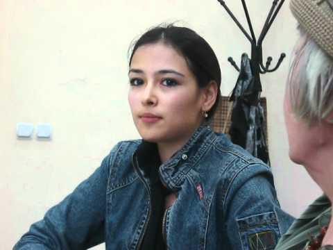 Поэтесса Алина Дадаева читает стихи, Ташкент