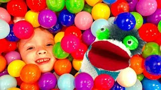 Kids Learn Colors with Fizzy Toy Show's Indoor Playground Ball Pit