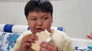 Tin và anh Hai ăn thử kem Hàn Quốc