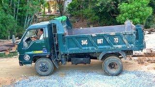 Bé xem máy xúc múc đất đá lên xe tải   Nhạc thiếu nhi : Con cún con   Tientube TV