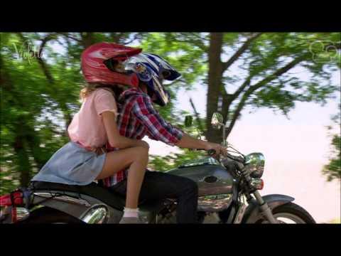 violetta y leon en la moto
